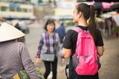 Un turista che viaggia in Asia che si preoccupa uno zaino fotografia stock