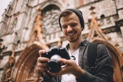 Un turista in città immagini stock libere da diritti
