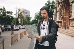 Un turista in città immagini stock