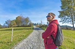 Un turista con una mochila en la carretera nacional foto de archivo