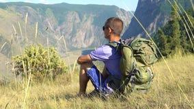 Un turista con una mochila en las montañas metrajes