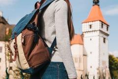 Un turista con una mochila mira las vistas El castillo llamado Blatna en la República Checa se empaña en Imágenes de archivo libres de regalías