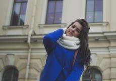 Un turista de la muchacha en la ciudad Imagenes de archivo