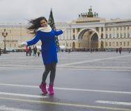 Un turista de la muchacha en la ciudad Imagen de archivo libre de regalías