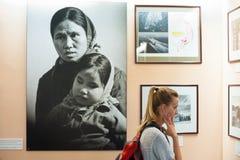 Un turista de la mujer en el museo los remanente de la guerra, Saigon Imagen de archivo