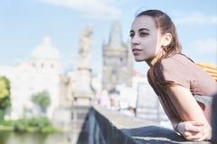 Un turista della donna nel centro di Praga Immagini Stock Libere da Diritti