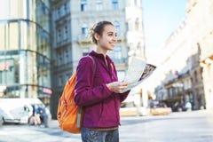 Un turista della donna nel centro di Praga con una mappa nelle mani di Immagine Stock