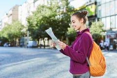 Un turista della donna nel centro di Praga con una mappa nelle mani di Immagini Stock Libere da Diritti