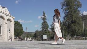 Un turista elegante camina a lo largo del cuadrado histórico