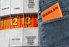 Un turista en Berlín con un guía turístico en su bolsillo imagen de archivo libre de regalías
