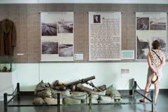 Un turista en el museo los remanente de la guerra, Saigon Foto de archivo