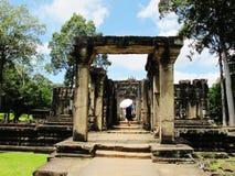 Un turista explora un templo en el complejo de Angkor, Camboya Imagenes de archivo