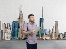 Un turista hermoso en ropa casual está intentando encontrar el mejor lugar turístico Fotos de archivo
