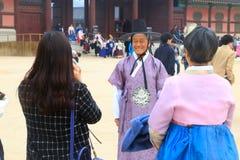Un turista maschio che porta costume tradizionale coreano nel palazzo fotografie stock