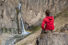 Un turista mira la cascada Fotos de archivo