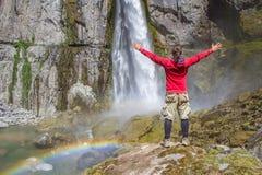 Un turista mira la cascada Foto de archivo libre de regalías