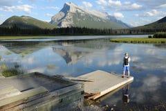 Un turista nei laghi Vermillion Fotografie Stock Libere da Diritti