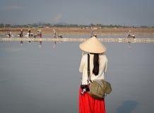 Un turista que toma imágenes en el campo de la sal en Vietnam Imagen de archivo libre de regalías