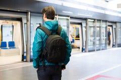 Un turista sta esplorando la nuova citt? facendo uso della metropolitana della metropolitana immagini stock