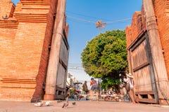 Un turista tiró una foto de un fotógrafo profesional que también tomaba imágenes del conductor del triciclo en la puerta de Thapa imagen de archivo libre de regalías
