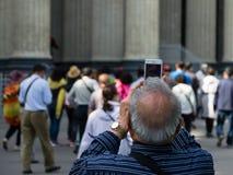 Un turista toma las señales de una imagen Imagenes de archivo