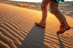 Un turista viaj? a trav?s del desierto fotos de archivo