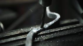 Un Turner perfora un pozzo negli acari del ` s del fabbro stock footage