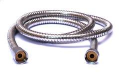 Un tuyau de douche flexible d'acier inoxydable de chrome Image stock