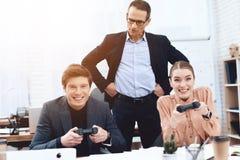 Un type avec une fille joue des jeux d'ordinateur photos stock