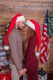 Un type avec une position de fille étroite et regardante l'un l'autre dans la perspective d'un mur en bois Photo stock