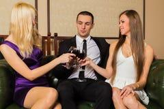 Un type et deux filles dans la chambre Photos libres de droits