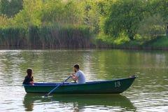 Un type et son amie naviguent dans le bateau Image stock