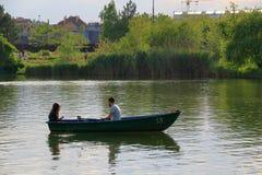Un type et son amie naviguent dans le bateau Images stock