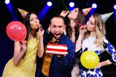 Un type et trois filles se réjouissent et célèbrent la partie dans la boîte de nuit Image libre de droits