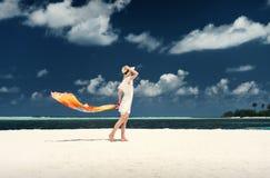 Un type et une fille dans des vêtements blancs sur le rivage de l'île maldives Sable blanc Guraidhoo Photos libres de droits
