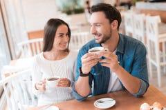 Un type et une fille s'asseyent ensemble dans un café Images libres de droits