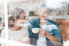 Un type et une fille s'asseyent ensemble dans un café Photographie stock libre de droits