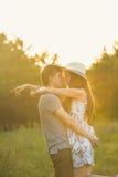 Un type prend une fille dans un chapeau de cowboy Photos libres de droits