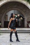 Un uccello castana ispano adorabile del Caracara di Poses Outdoors With A del modello alla hacienda di A fotografia stock libera da diritti