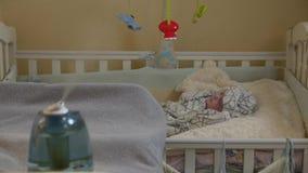 Un umidificatore e un bambino video d archivio