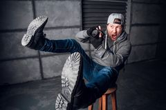 Un uomo è un fotografo con la macchina fotografica Fronte divertente Priorità bassa grigio scuro Posto per testo Il fotografo spa immagini stock
