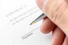 Un uomo è preparazione per la firma del contratto Immagine Stock