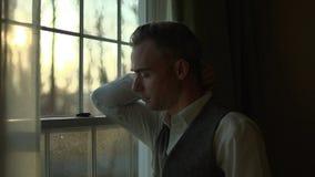 un uomo è terribile triste a casa stock footage