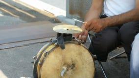 Un uomo abbronzato che gioca sul vecchio tamburo all'aperto stock footage