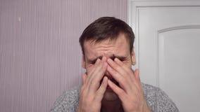 Un uomo adulto che grida a casa esaminando la macchina fotografica Uomo gridante stock footage