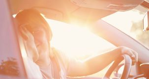Un uomo adulto si siede nell'automobile e bacia un bello castana stock footage