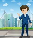 Un uomo al vicolo pedonale attraverso gli edifici alti Immagini Stock Libere da Diritti