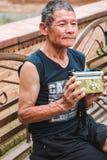 Un uomo anziano che ascolta la radio fotografia stock libera da diritti