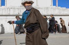 un uomo anziano che passa da una pagoda fotografia stock libera da diritti
