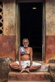Un uomo anziano che si siede sui punti della sua casa Fotografie Stock